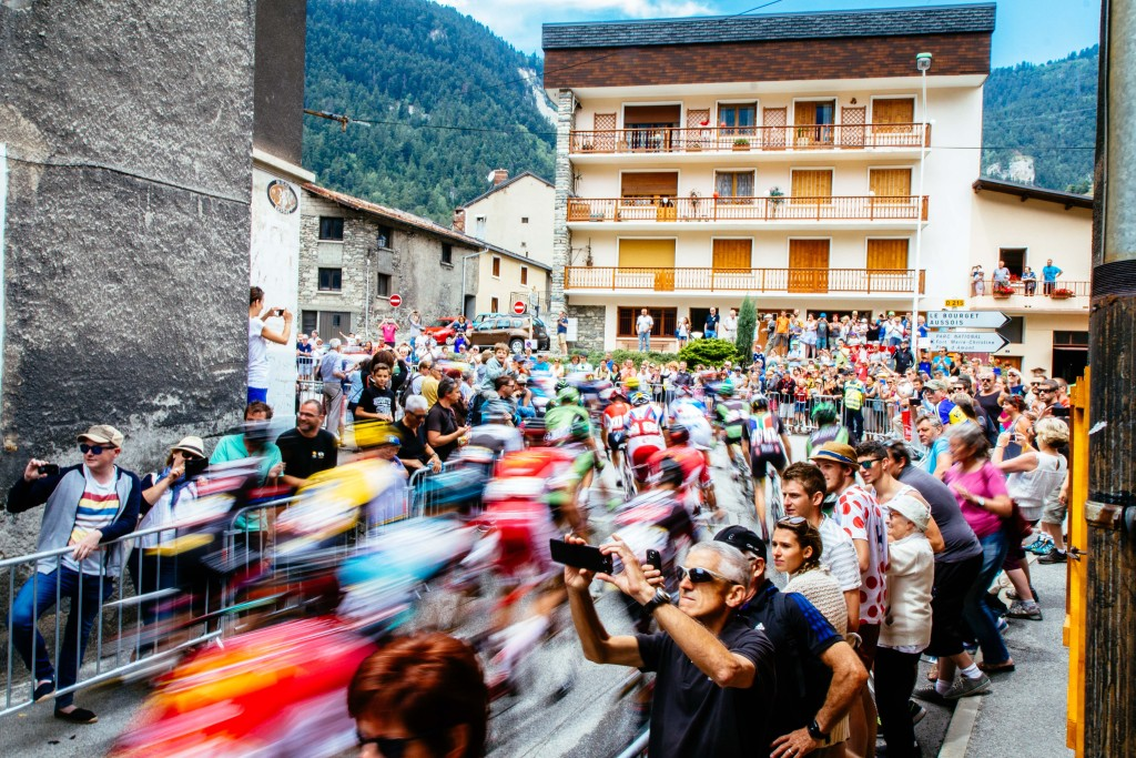The peloton roll out of Modane